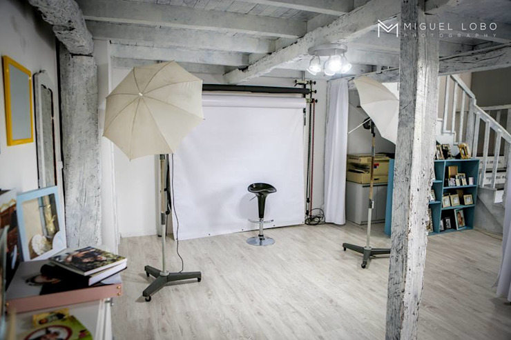 Estúdio Miguel Lobo Photography Salas multimédia ecléticas por Marta Pedreira Design Eclético