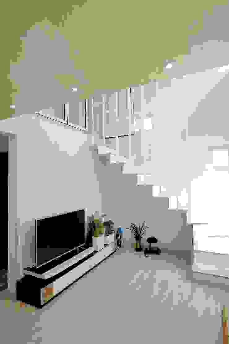 """interior & architecture by INARK 인아크 건축 설계 인테리어 디자인 대구 봉덕동 """"겨루하우스"""" 모던스타일 거실 by inark [인아크 건축 설계 디자인] 모던"""