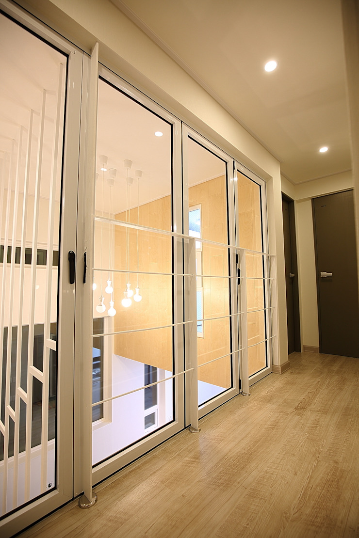 "interior & architecture by INARK 인아크 건축 설계 인테리어 디자인 대구 봉덕동 ""겨루하우스"" 모던스타일 복도, 현관 & 계단 by inark [인아크 건축 설계 디자인] 모던"