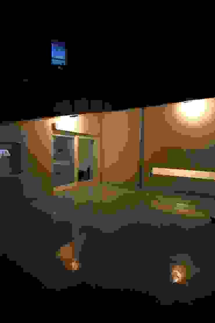 "interior & architecture by INARK 인아크 건축 설계 인테리어 디자인 대구 봉덕동 ""겨루하우스"" 모던스타일 발코니, 베란다 & 테라스 by inark [인아크 건축 설계 디자인] 모던"