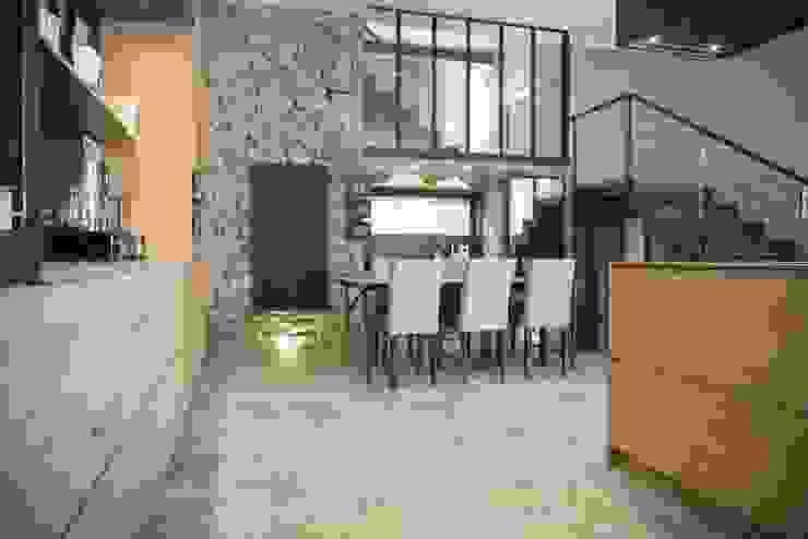 Salle à manger avec mur en pierre Salle à manger industrielle par réHome Industriel Pierre