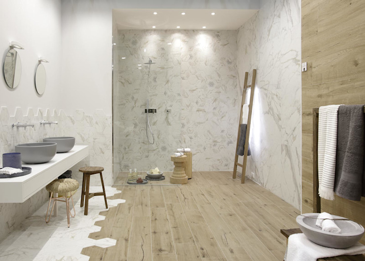 Badkamer met detailering in de betegeling Moderne badkamers van Sani-bouw Modern Tegels