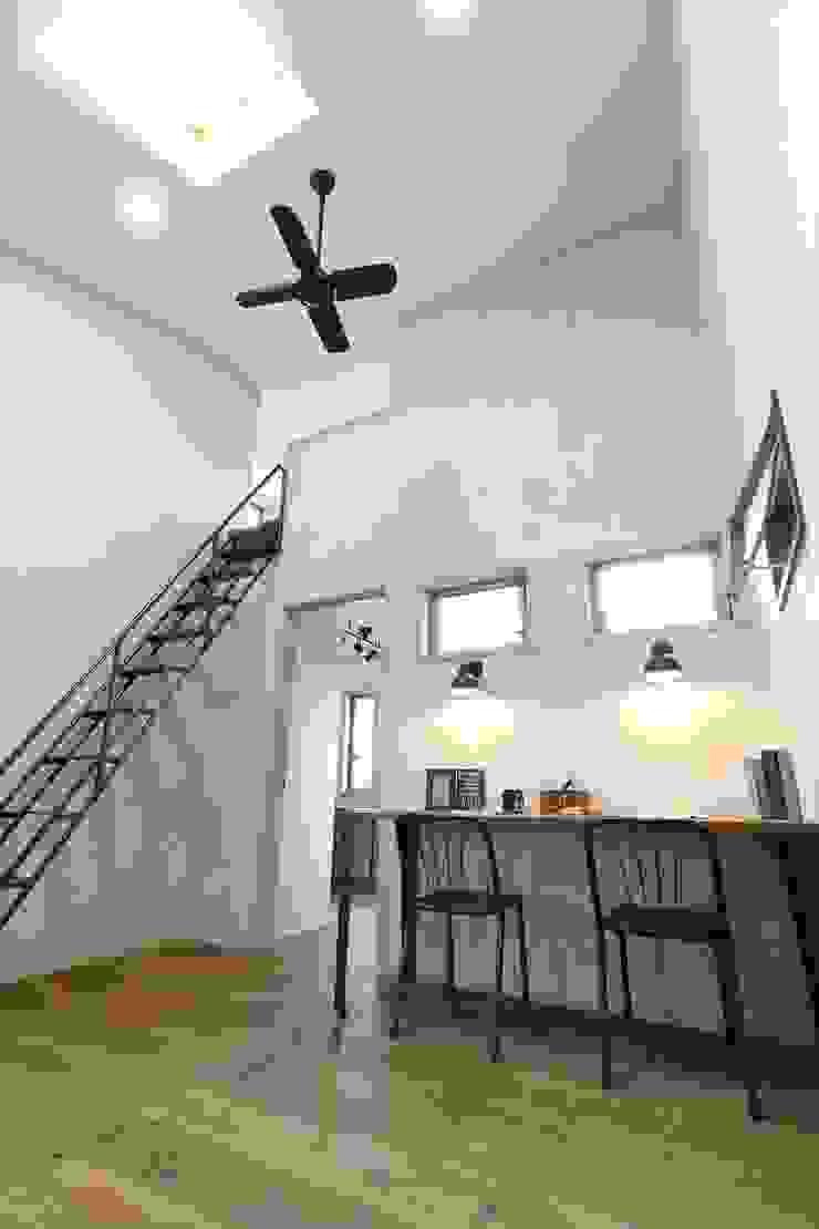 Pasillos, vestíbulos y escaleras de estilo escandinavo de いえラボ Escandinavo