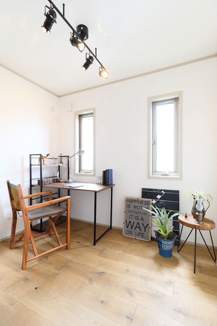 Salas multimedia de estilo escandinavo de いえラボ Escandinavo