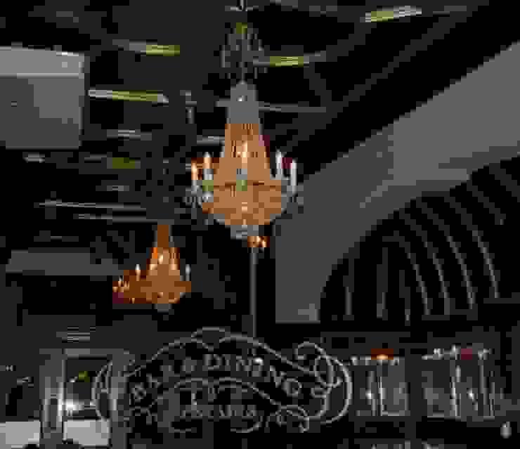 The Swan Inn راهرو سبک کلاسیک، راهرو و پله من Classical Chandeliers كلاسيكي