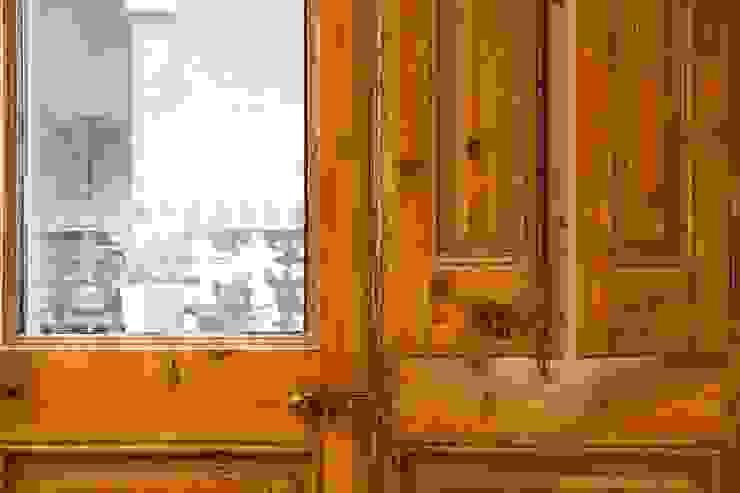 Sala de estar. Detalle. Puertas. Salones de estilo moderno de Brick Serveis d'Interiorisme S.L. Moderno