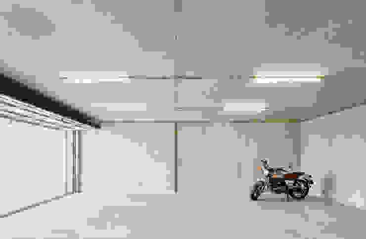 54COD Obra nueva de casa aislada-adosada en Matadepera Garajes de estilo moderno de Vallribera Arquitectes Moderno