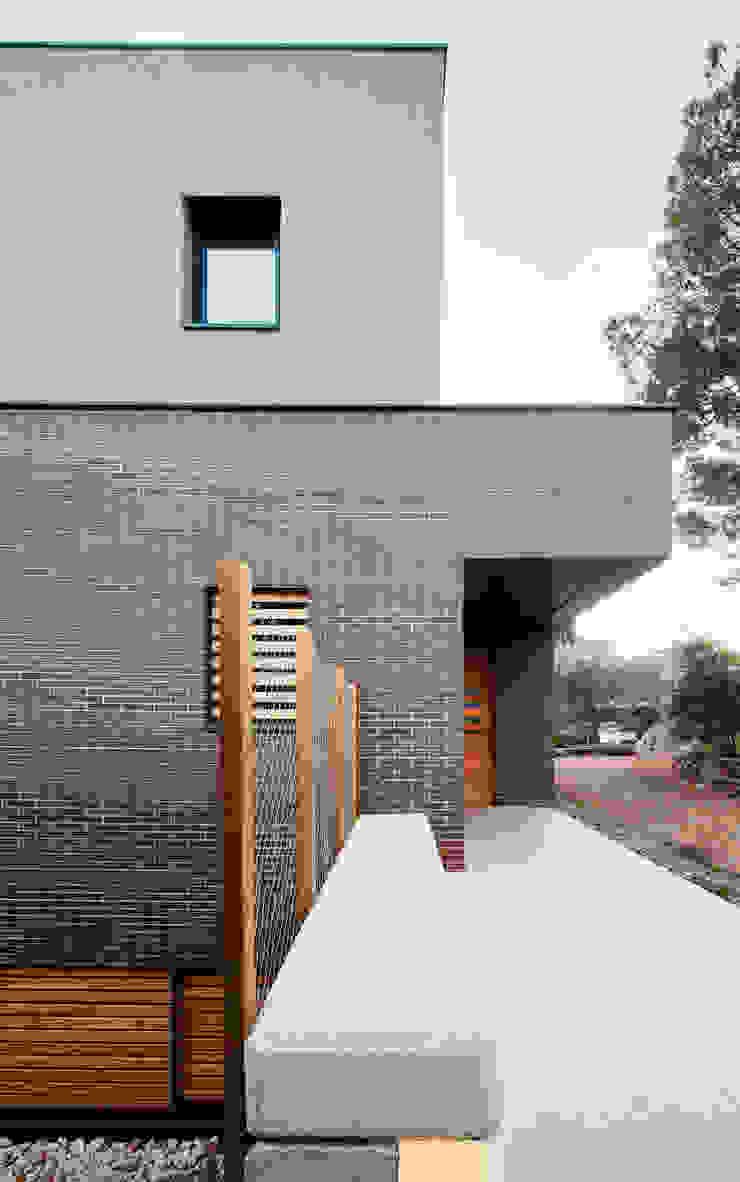54COD Obra nueva de casa aislada-adosada en Matadepera Casas de estilo moderno de Vallribera Arquitectes Moderno