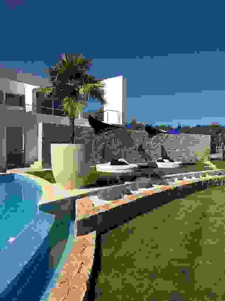 Pool Area and Garden Jardins modernos por Pure Allure Interior Moderno