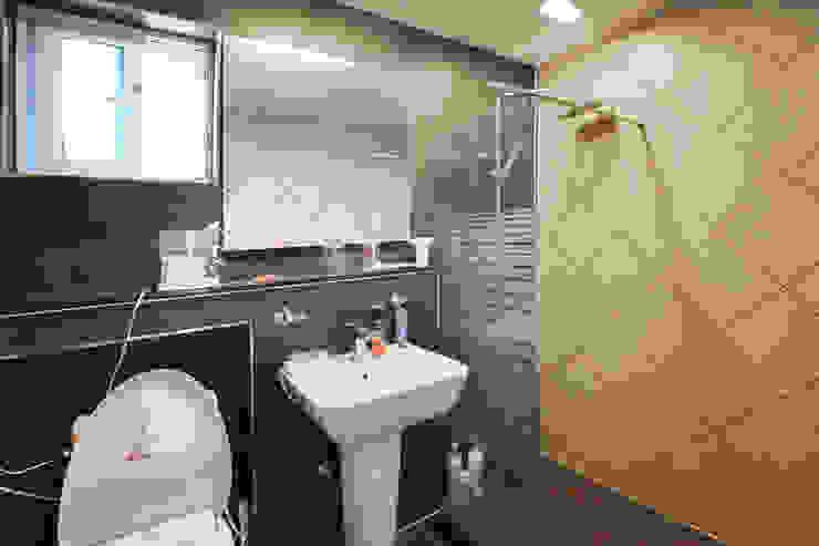 독특한 공간을 통해 가족과의 소통과 여유로운 생활을 안기는 모던스타일[경북 칠곡] 모던스타일 욕실 by 지성하우징 모던