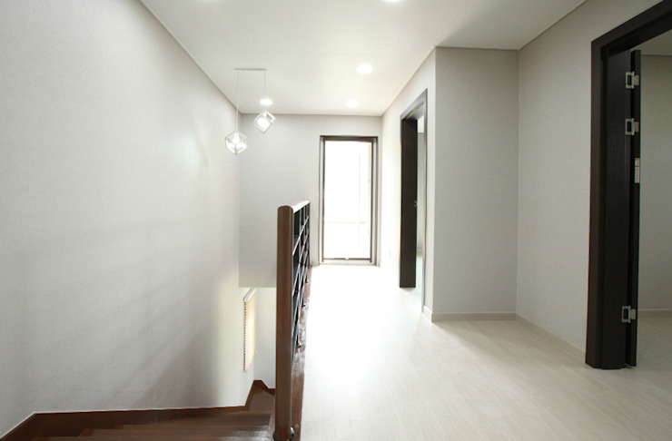 Modern Corridor, Hallway and Staircase by 지성하우징 Modern