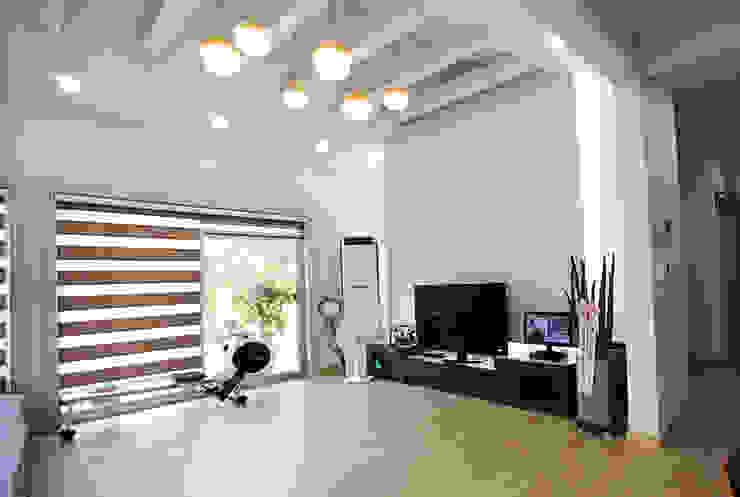 Living room by 지성하우징, Mediterranean