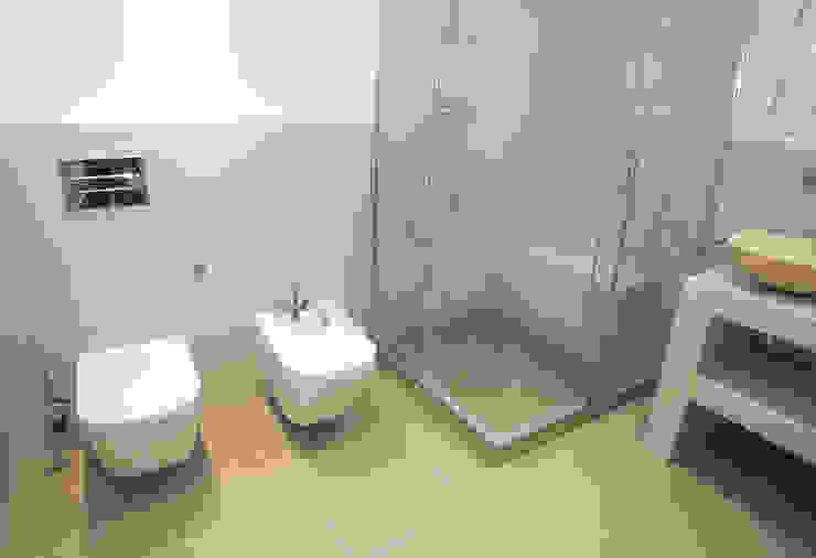 Ванная комната в стиле модерн от Grupo Inventia Модерн Плитка