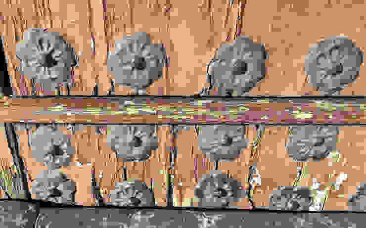 Portón sin restaurar homify Puertas de madera