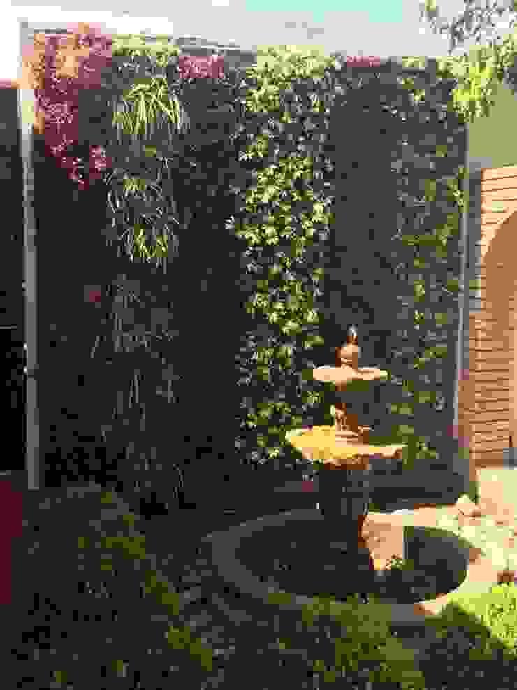 """Green Wall Six Rows"" Jardines modernos de MÁS HÁBITAT Moderno"