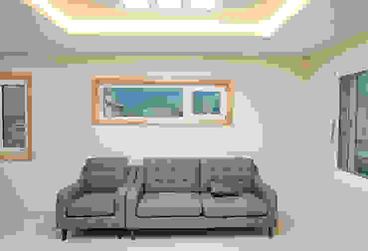 Modern living room by 피앤이(P&E)건축사사무소 Modern