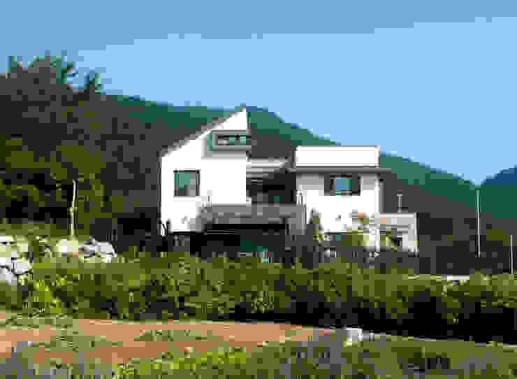 Maisons modernes par 피앤이(P&E)건축사사무소 Moderne