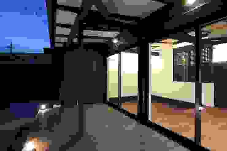 Hiên, sân thượng phong cách châu Á bởi 松井設計 Châu Á Gỗ Wood effect