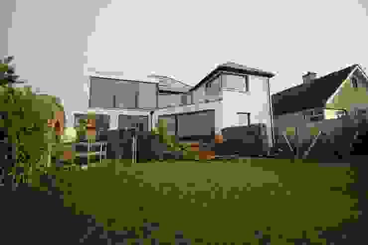 rear garden:   by Williams Creative Design,