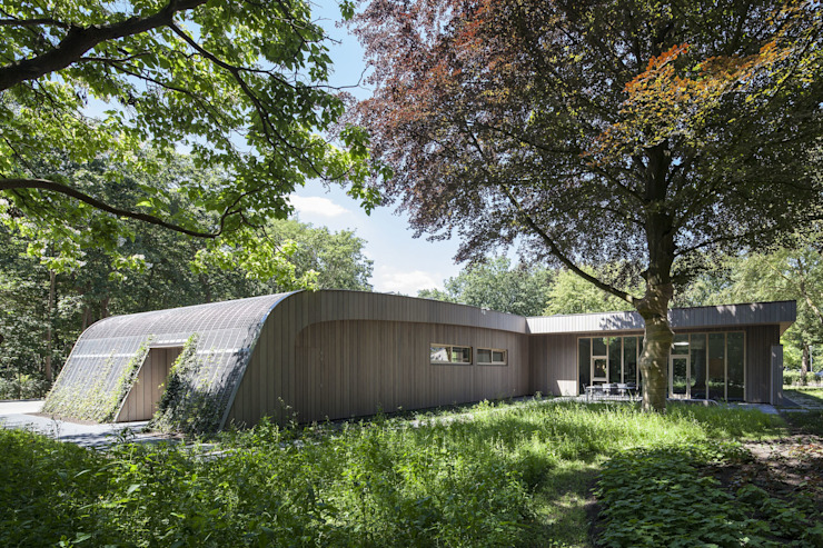 Nieuwbouw tussen bestaande bomen Moderne huizen van Erik Knippers Architect Modern Hout Hout