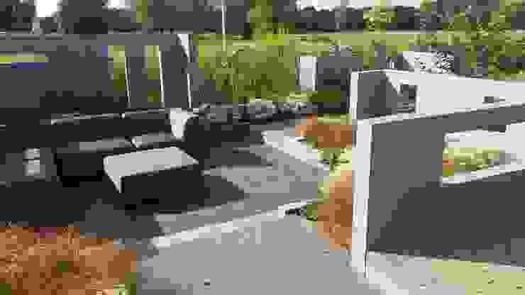 Tuinmuren met doorkijkjes. Moderne balkons, veranda's en terrassen van Bladgoud-tuinen Modern