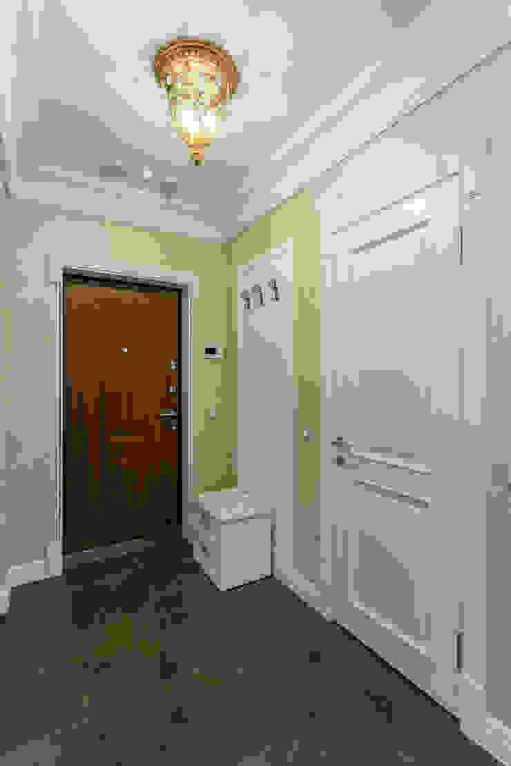 Couloir, entrée, escaliers classiques par Bellarte interior studio Classique
