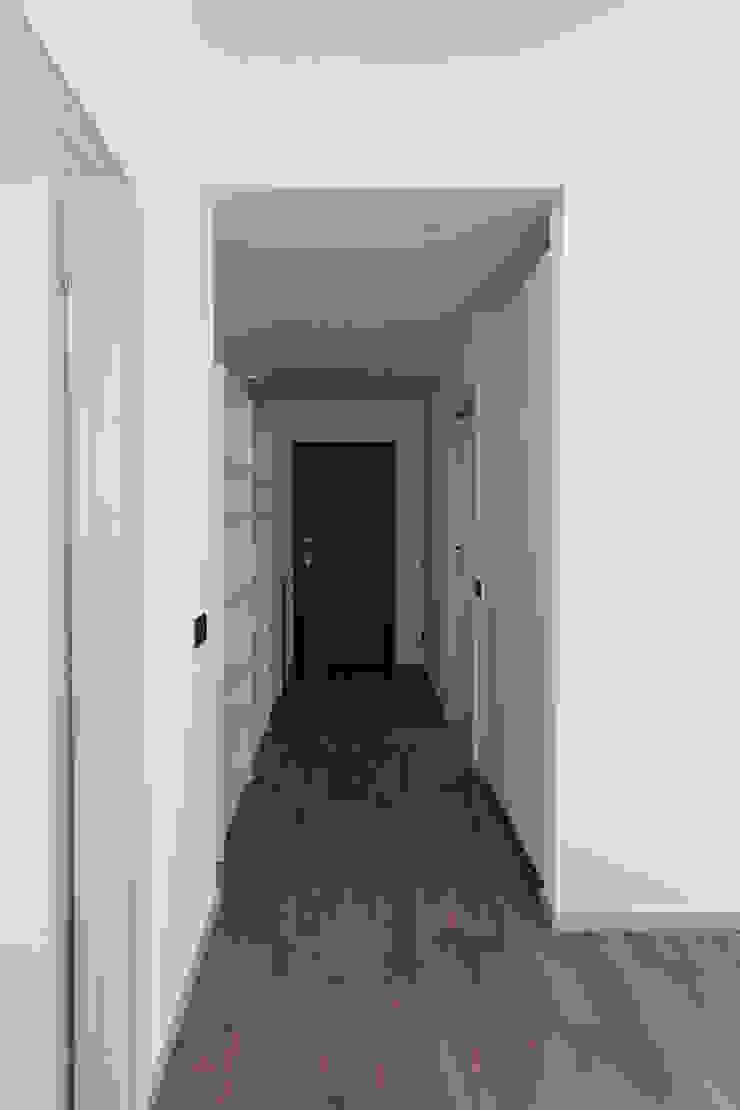 Nowoczesny korytarz, przedpokój i schody od Laura Galli Architetto Nowoczesny