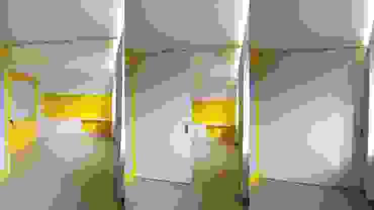 La séparation entre le séjour et la cuisine se fait par le biais d'une parois escamotable Salon moderne par 3B Architecture Moderne