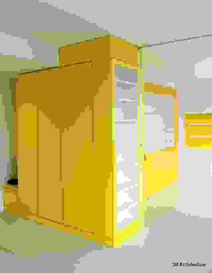 Le rythme et l'organisation des espaces se fait par le biais de meubles colorés qui qualifient subtilement les lieux tout en offrant des usages. Couloir, entrée, escaliers modernes par 3B Architecture Moderne