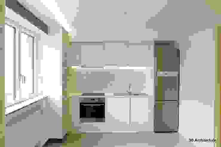 Face au bureau, le linéaire de cuisine trouve discrètement sa place dans l'aménagement. Cuisine moderne par 3B Architecture Moderne