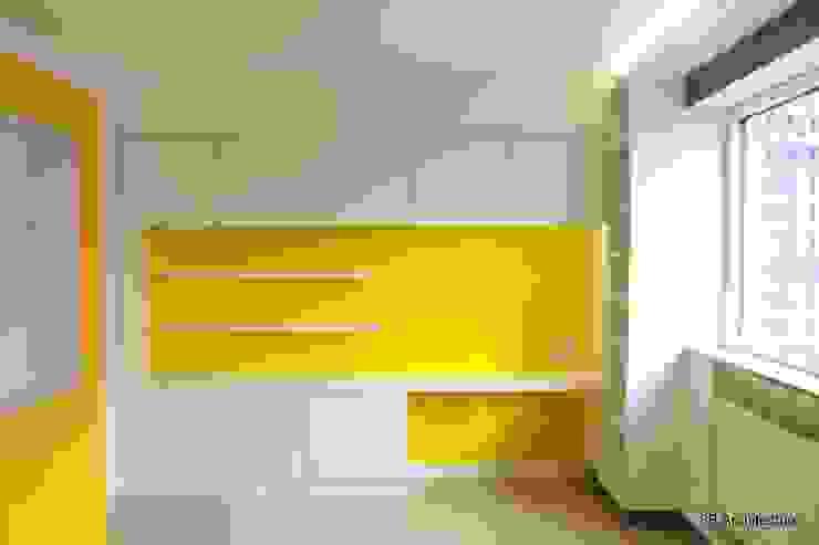L'espace bureau prend place dans un mur épais offrant un large volume de rangements Bureau moderne par 3B Architecture Moderne Bois d'ingénierie Transparent