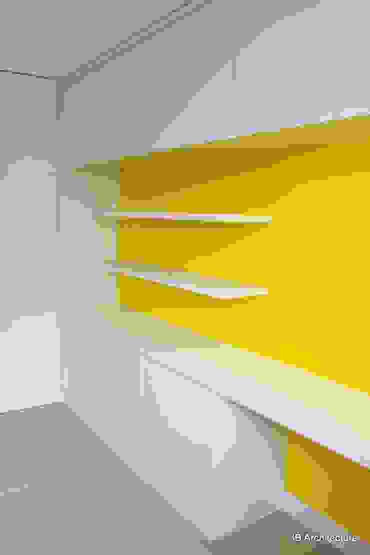 La finesse de l'aménagement est souligné par le contraste chromatique. Bureau moderne par 3B Architecture Moderne Bois Effet bois