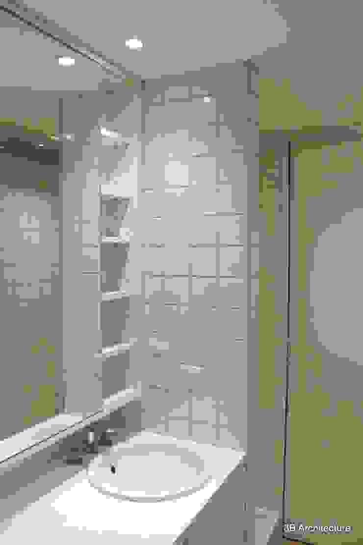 La salle de bains se veut elle aussi optimum et regorge de petits rangements. Salle de bain moderne par 3B Architecture Moderne Céramique