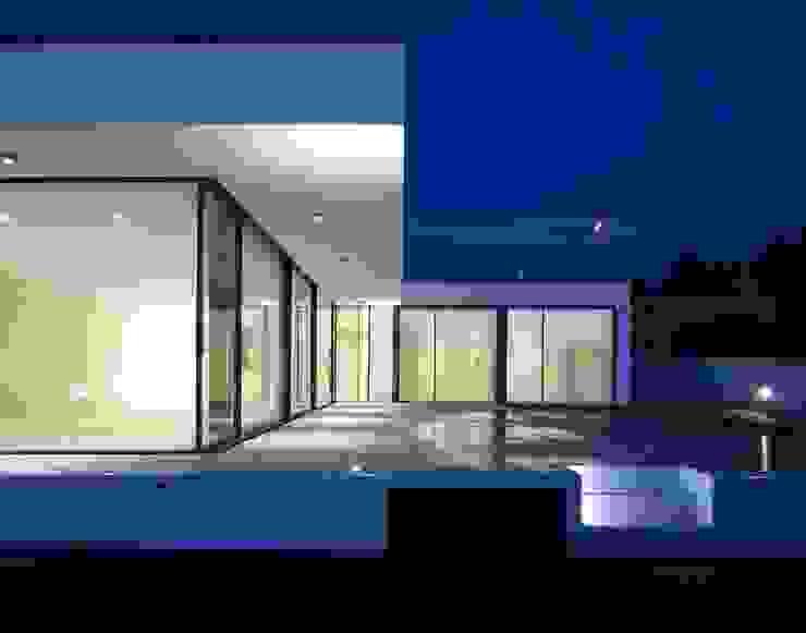 Vista para o pátio e piscina Casas modernas por Utopia - Arquitectura e Enhenharia Lda Moderno