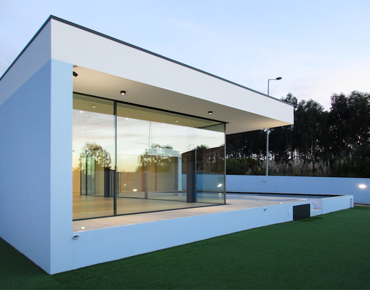 Vista para o jardim, piscina e fachada Casas modernas por Utopia - Arquitectura e Enhenharia Lda Moderno