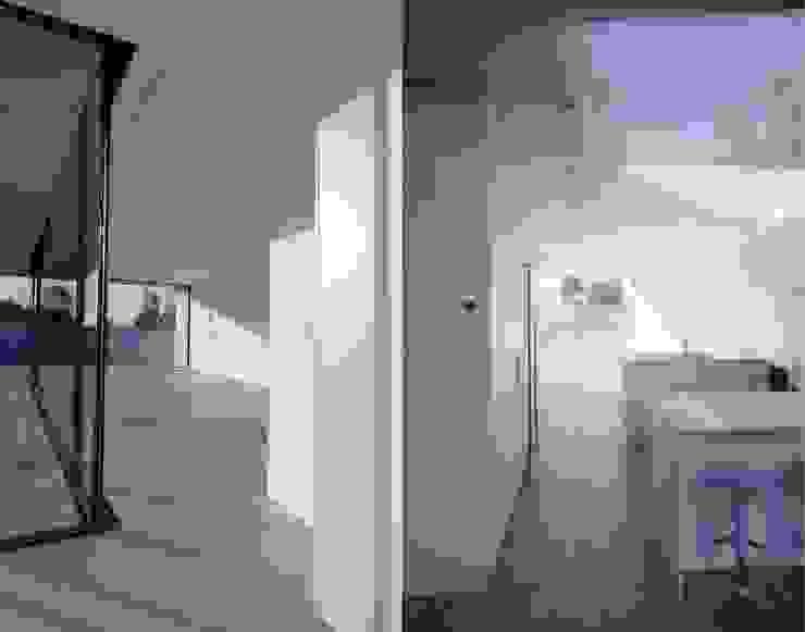 Luz na casa Corredores, halls e escadas modernos por Utopia - Arquitectura e Enhenharia Lda Moderno
