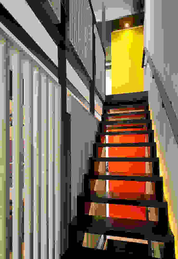 Pasillos, vestíbulos y escaleras modernos de KUBE Architecture Moderno