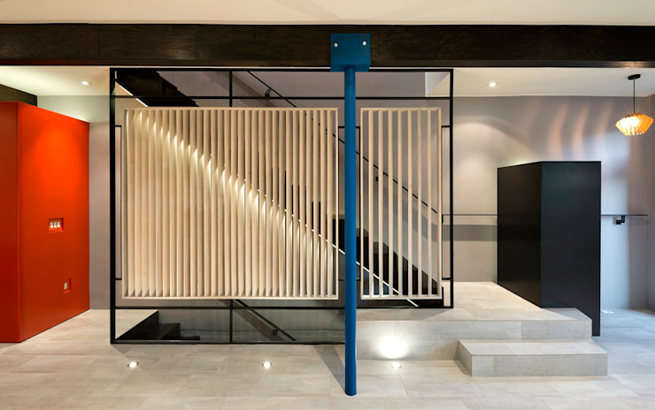 Modern Corridor, Hallway and Staircase by KUBE Architecture Modern