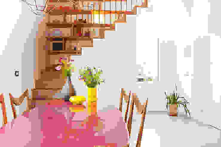 现代客厅設計點子、靈感 & 圖片 根據 senzanumerocivico 現代風