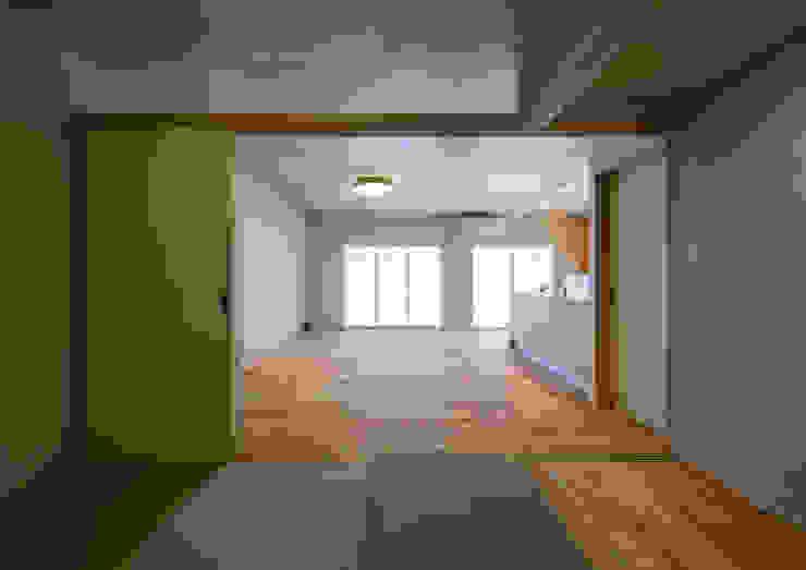 アトリエ24一級建築士事務所 Modern living room Wood