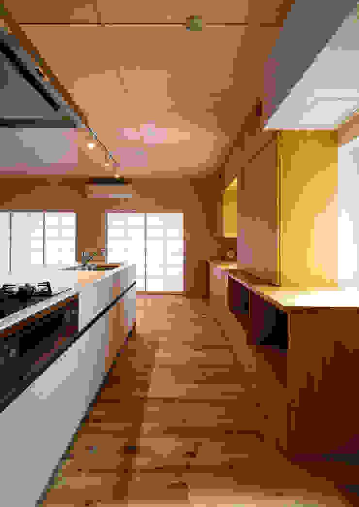 アトリエ24一級建築士事務所 Modern kitchen Wood