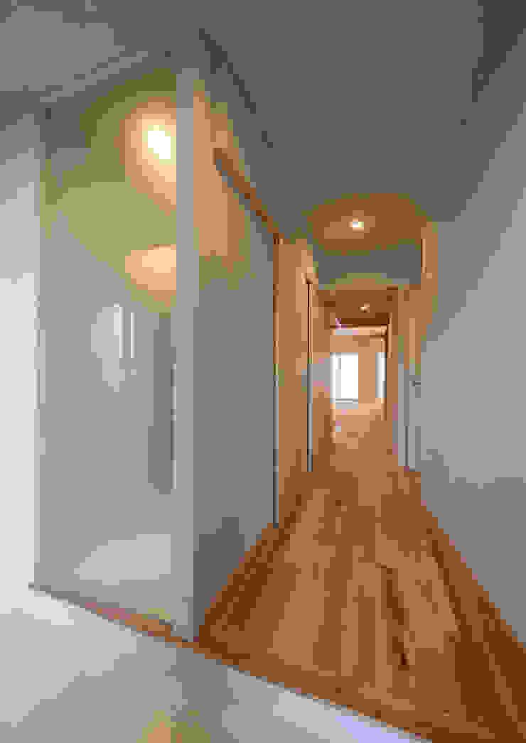 アトリエ24一級建築士事務所 Modern corridor, hallway & stairs Wood