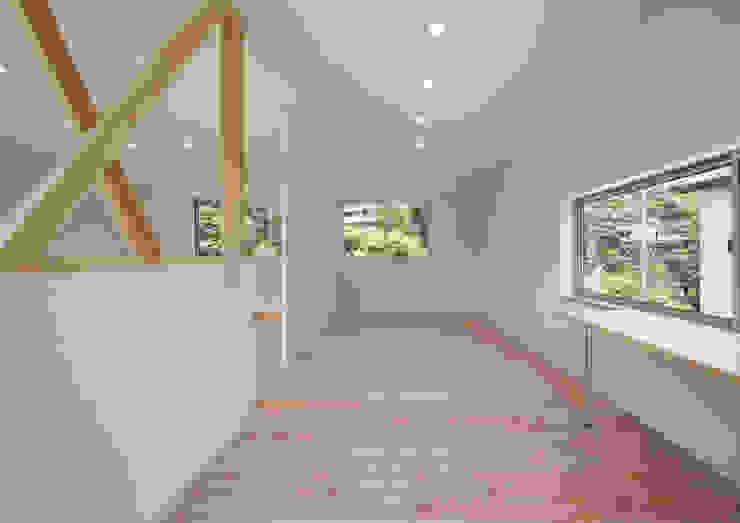 アトリエ24一級建築士事務所 Modern nursery/kids room Wood
