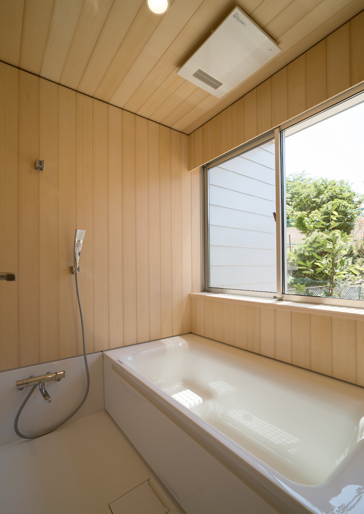 アトリエ24一級建築士事務所 Modern bathroom Wood