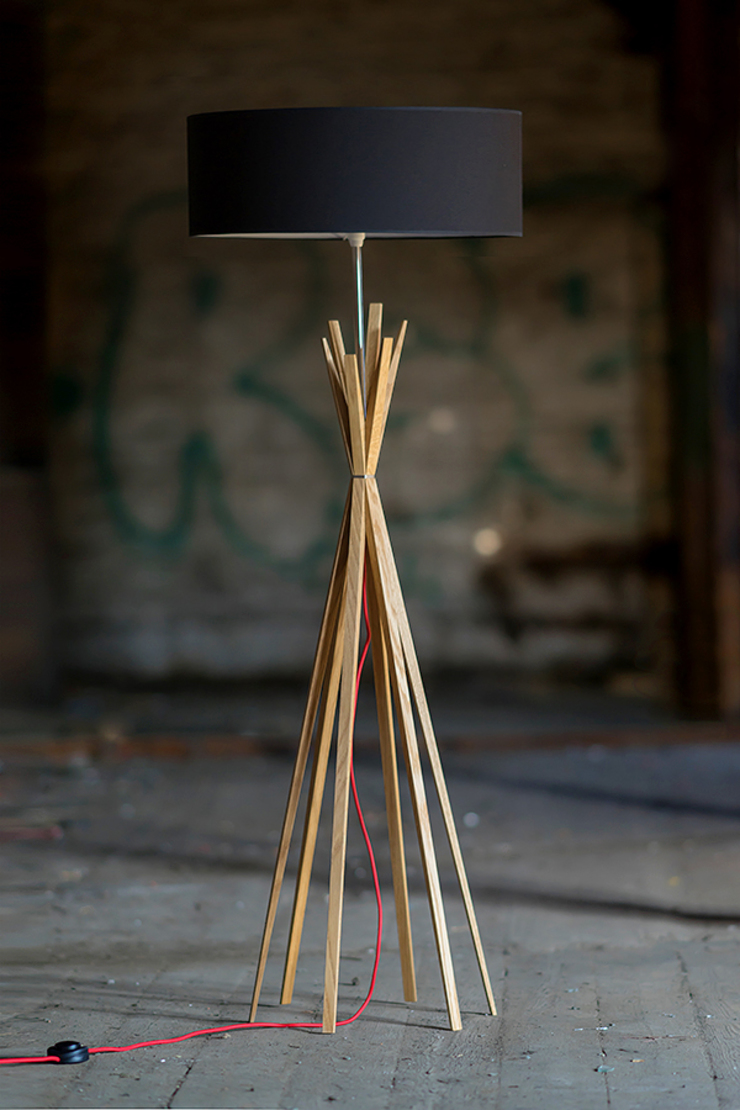 Ruang Keluarga Modern Oleh LIGNA LUX ® Stehleuchten Manufaktur Modern