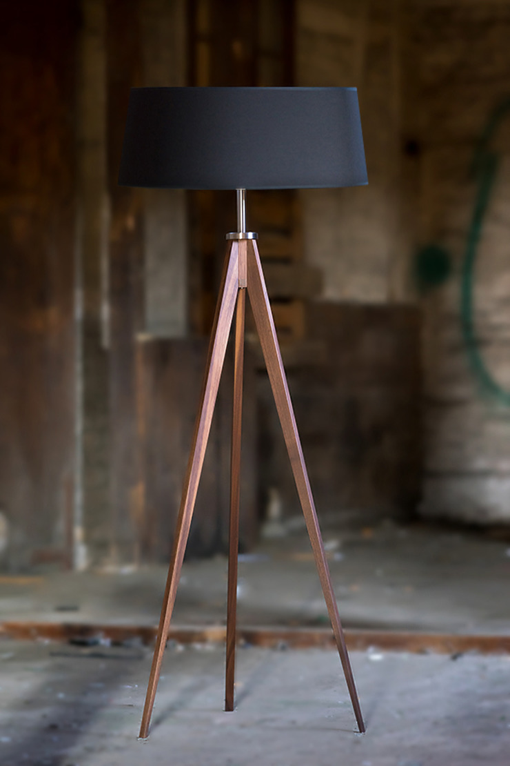 Ruang Keluarga Klasik Oleh LIGNA LUX ® Stehleuchten Manufaktur Klasik Kayu Wood effect