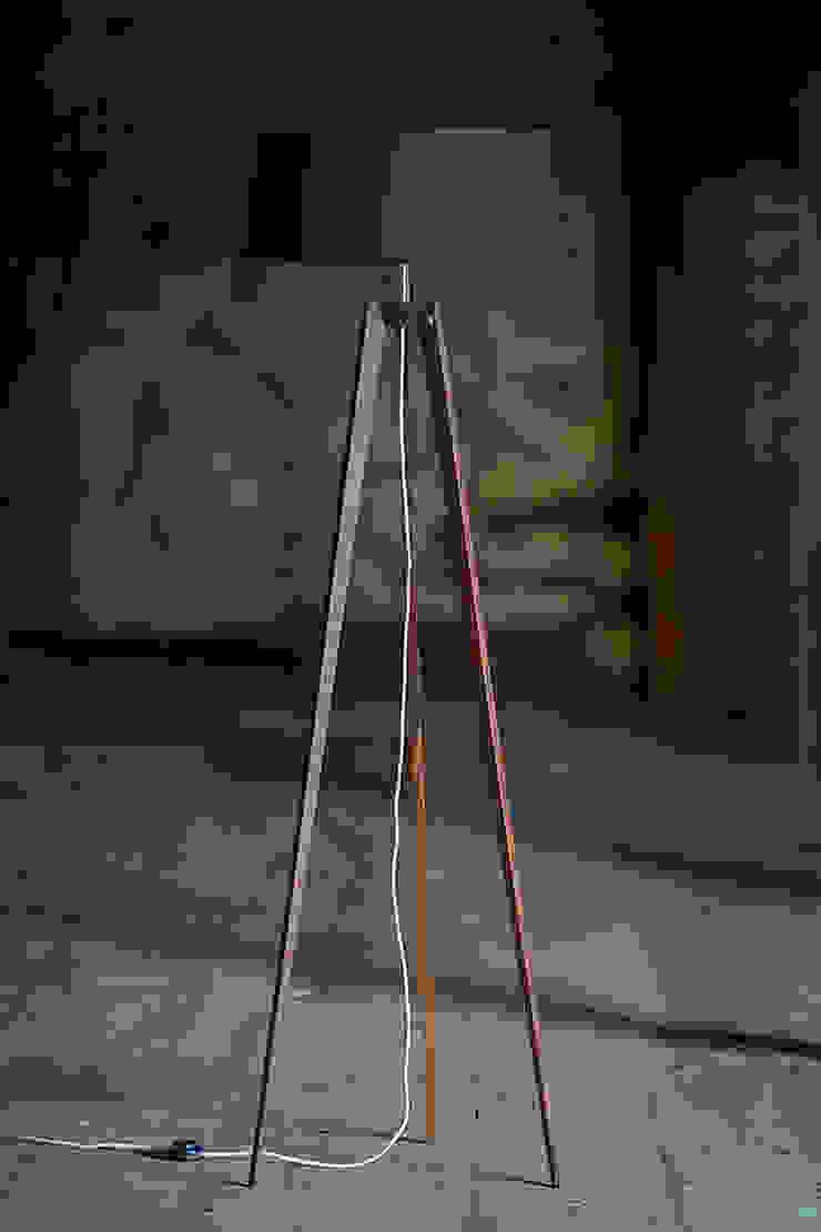 Ruang Keluarga Klasik Oleh LIGNA LUX ® Stehleuchten Manufaktur Klasik