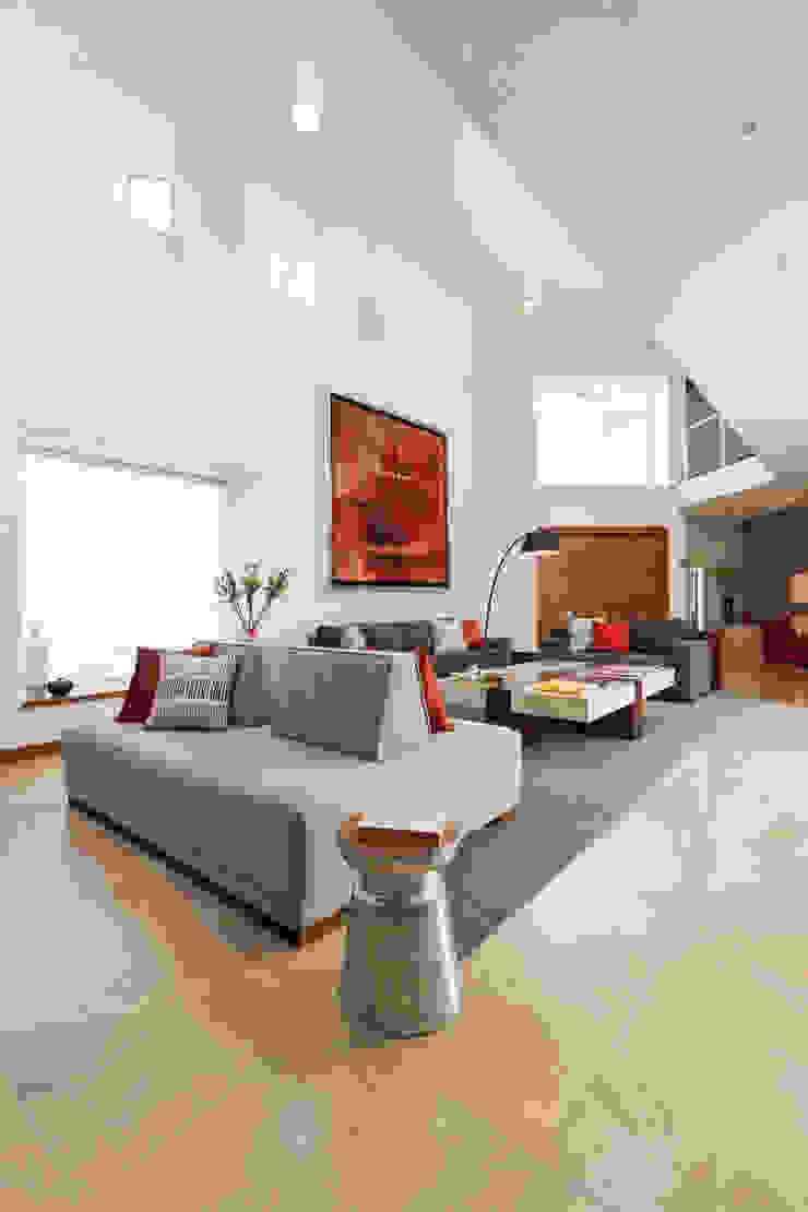 Casa RR Salones modernos de MM estudio interior Moderno