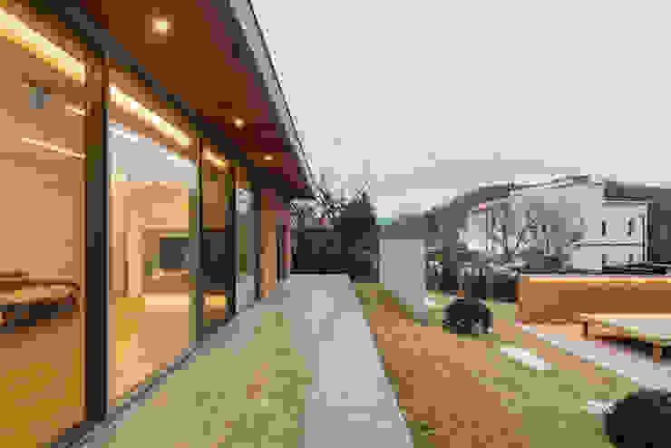 홍천 노일리 주택 모던스타일 발코니, 베란다 & 테라스 by 서가 건축사사무소 모던