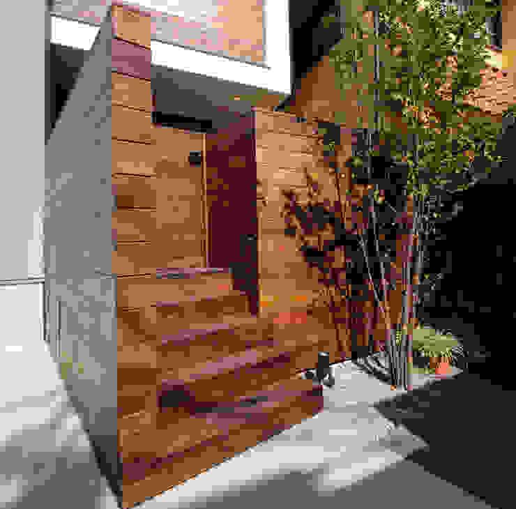 アプローチ1 モダンな 家 の 大坪和朗建築設計事務所 Kazuro Otsubo Architects モダン 木 木目調